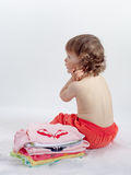 Bebê encantador que joga no estúdio no fundo branco imagem de stock royalty free