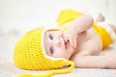 Bebê engraçado chapéu amarelo weared Imagens de Stock Royalty Free
