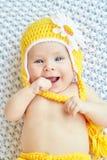 Bebê engraçado chapéu amarelo weared Foto de Stock Royalty Free