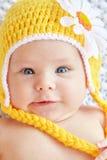 Bebê engraçado chapéu amarelo weared Fotos de Stock Royalty Free