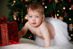 Bebê engraçado com um presente do Natal imagem de stock royalty free
