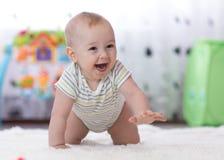 Bebê engraçado de rastejamento dentro em casa foto de stock royalty free