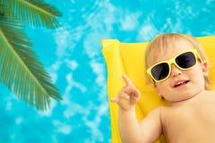 Bebê engraçado em férias de verão fotografia de stock