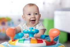 Bebê engraçado que joga na ligação em ponte de bebê imagem de stock royalty free