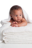 Bebê envolvido em uma toalha branca Fotos de Stock Royalty Free