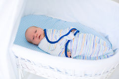 Bebê envolvido pequeno na cama branca Fotografia de Stock Royalty Free