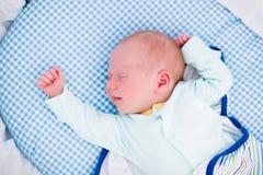 Bebê envolvido pequeno na cama branca Imagem de Stock Royalty Free