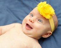 Bebê eyed grande que olha para fora no mundo Imagem de Stock