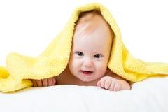 Bebê feliz adorável na toalha fotografia de stock royalty free