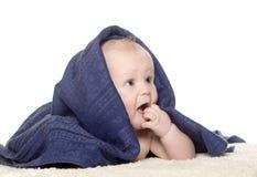Bebê feliz adorável na toalha colorida Foto de Stock