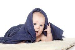 Bebê feliz adorável na toalha colorida Fotos de Stock Royalty Free