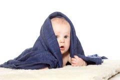 Bebê feliz adorável na toalha colorida Imagens de Stock Royalty Free