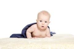 Bebê feliz adorável na toalha colorida Fotografia de Stock