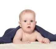 Bebê feliz adorável na toalha colorida imagem de stock