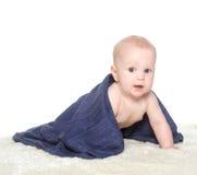 Bebê feliz adorável na toalha colorida fotos de stock