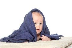 Bebê feliz adorável na toalha colorida imagens de stock