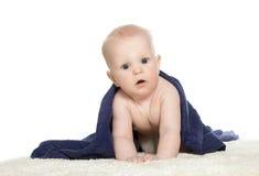 Bebê feliz adorável na toalha colorida foto de stock royalty free