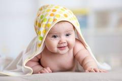 Bebê feliz adorável na toalha interna Foto de Stock