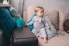 Bebê feliz bonito de 11 meses que joga em casa, captação do estilo de vida no interior acolhedor Imagens de Stock Royalty Free