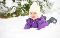 Bebê feliz da criança no inverno da neve fotos de stock