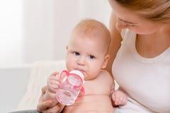 Bebê feliz de alimentação Bebê que come o leite da garrafa Imagens de Stock Royalty Free