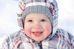 Bebê feliz de 1 ano com os mordentes rosados no inverno imagens de stock