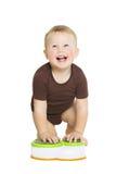 Bebê feliz do rapaz pequeno que rasteja e que olha acima SMI fotos de stock royalty free