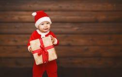 Bebê feliz em um traje Santa Claus do Natal com presentes Imagem de Stock Royalty Free