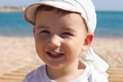 Bebê feliz em uma praia Fotos de Stock Royalty Free