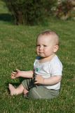 Bebê feliz na grama Imagens de Stock Royalty Free