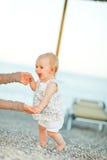 Bebê feliz na praia que tenta começar andar fotos de stock royalty free