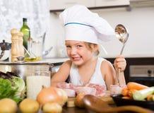 Bebê feliz no chapéu do cozinheiro imagem de stock royalty free