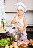 Bebê feliz no chapéu do cozinheiro que cozinha a sopa Imagem de Stock Royalty Free