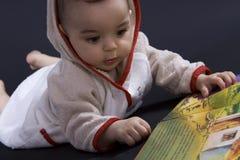 Bebê feliz no tempo da história Fotos de Stock Royalty Free