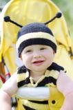 Bebê feliz no traje da abelha no transporte de bebê Fotos de Stock