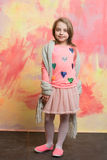 Bebê feliz pequeno na saia, no lenço e na camisa cor-de-rosa fotos de stock