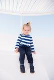 Bebê feliz pequeno no iate na camisa marinha, forma fotos de stock