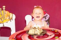 Bebê feliz pequeno que comemora o primeiro aniversário Criança e seu primeiro bolo no partido Infância fotos de stock royalty free
