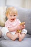 Bebê feliz que come o bolinho do coelho de Easter Imagem de Stock