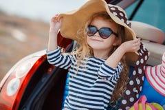 Bebê feliz que senta-se no tronco de carro Fotos de Stock Royalty Free