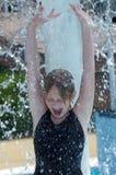 Bebê feliz sob uma cachoeira no parque da água Imagens de Stock