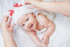 Bebê feliz vestido no traje feito malha do coelho Foto de Stock