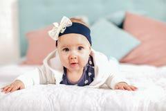 Bebê idoso adorável de dois meses que encontra-se no descanso Fotografia de Stock
