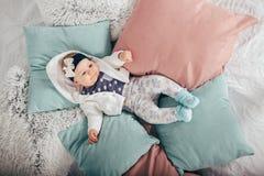 Bebê idoso adorável de dois meses que encontra-se no descanso Fotografia de Stock Royalty Free