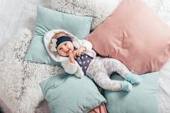 Bebê idoso adorável de dois meses que encontra-se no descanso Fotos de Stock