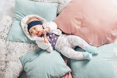 Bebê idoso adorável de dois meses que encontra-se no descanso Imagens de Stock