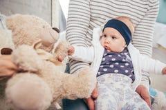 Bebê idoso adorável de dois meses que encontra-se no descanso Fotos de Stock Royalty Free