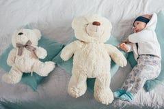 Bebê idoso adorável de dois meses que encontra-se no descanso Imagens de Stock Royalty Free