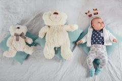 Bebê idoso adorável de dois meses que encontra-se no descanso Imagem de Stock