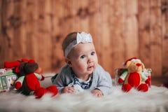 Bebê idoso adorável de dois meses que encontra-se no descanso Foto de Stock